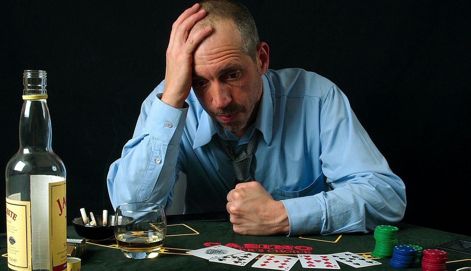видео как мужик проиграл деньги красивыми